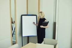 Νέα επιχειρηματίας που έχει τη διάσκεψη με το προσωπικό Στοκ εικόνες με δικαίωμα ελεύθερης χρήσης