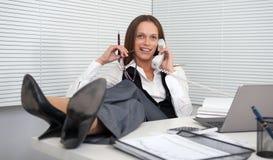 Νέα επιχειρηματίας που απαντά στο τηλέφωνο Στοκ φωτογραφίες με δικαίωμα ελεύθερης χρήσης