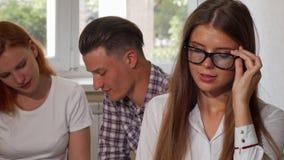 Νέα επιχειρηματίας που βγάζει τα γυαλιά της, που χαμογελούν στη κάμερα φιλμ μικρού μήκους