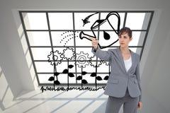 Νέα επιχειρηματίας που δείχνει κάτι Στοκ φωτογραφία με δικαίωμα ελεύθερης χρήσης