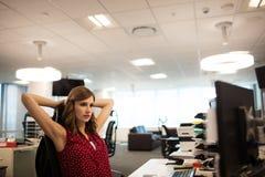 Νέα επιχειρηματίας που εξετάζει τον προσωπικό υπολογιστή γραφείου στο γραφείο Στοκ εικόνα με δικαίωμα ελεύθερης χρήσης