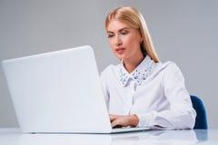 Νέα επιχειρηματίας που εργάζεται στο φορητό προσωπικό υπολογιστή Στοκ Εικόνες