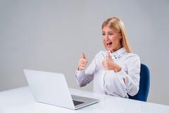 Νέα επιχειρηματίας που εργάζεται στο φορητό προσωπικό υπολογιστή στοκ φωτογραφίες
