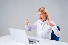 Νέα επιχειρηματίας που εργάζεται στο φορητό προσωπικό υπολογιστή στοκ φωτογραφία με δικαίωμα ελεύθερης χρήσης