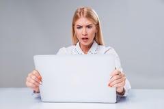 Νέα επιχειρηματίας που εργάζεται στο φορητό προσωπικό υπολογιστή στοκ φωτογραφίες με δικαίωμα ελεύθερης χρήσης