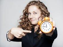 Νέα επιχειρηματίας που κρατά ένα ρολόι Στοκ εικόνες με δικαίωμα ελεύθερης χρήσης