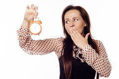 Νέα επιχειρηματίας που κρατά ένα ρολόι Στοκ φωτογραφία με δικαίωμα ελεύθερης χρήσης