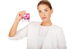 Νέα επιχειρηματίας που κρατά τη ρόδινη σφραγίδα στοκ εικόνα