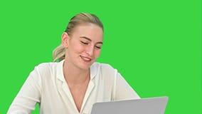 Νέα επιχειρηματίας που μιλά με το συνεργάτη σε απευθείας σύνδεση, χρησιμοποιώντας το φορητό προσωπικό υπολογιστή σε μια πράσινη ο απόθεμα βίντεο