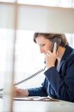 Νέα επιχειρηματίας που μιλά σε ένα τηλέφωνο Στοκ φωτογραφία με δικαίωμα ελεύθερης χρήσης