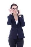 Νέα επιχειρηματίας που μιλά στο κινητό τηλέφωνο που απομονώνεται στο μόριο Στοκ Φωτογραφίες