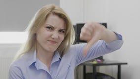 Νέα επιχειρηματίας που παρουσιάζει σημάδι αντίχειρων κάτω της απέχθειας - απόθεμα βίντεο