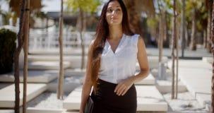 Νέα επιχειρηματίας που περπατά μέσω ενός πάρκου Στοκ Εικόνες