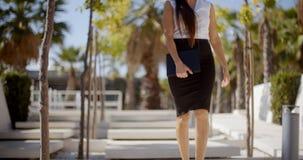 Νέα επιχειρηματίας που περπατά μέσω ενός πάρκου Στοκ Φωτογραφία