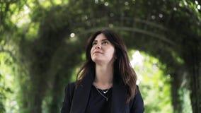 Νέα επιχειρηματίας που περπατά σε ένα πάρκο απόθεμα βίντεο