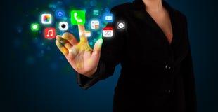 Νέα επιχειρηματίας που πιέζει τα ζωηρόχρωμα κινητά app εικονίδια με το boke Στοκ Φωτογραφία
