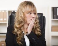Νέα επιχειρηματίας που φαίνεται ανησυχημένη Στοκ φωτογραφίες με δικαίωμα ελεύθερης χρήσης