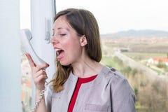 Νέα επιχειρηματίας που φωνάζει στο τηλέφωνο Στοκ εικόνες με δικαίωμα ελεύθερης χρήσης