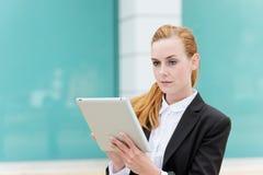 Νέα επιχειρηματίας που χρησιμοποιεί την ψηφιακή ταμπλέτα στοκ εικόνες
