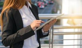 Νέα επιχειρηματίας που χρησιμοποιεί την ψηφιακή ταμπλέτα Στοκ Φωτογραφία