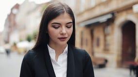Νέα επιχειρηματίας που χρησιμοποιεί το κινητό τηλέφωνο κοντά στο εμπορικό κέντρο Γυναίκα που χρησιμοποιεί το κινητό τηλέφωνο για  απόθεμα βίντεο