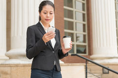 Νέα επιχειρηματίας που χρησιμοποιεί το κινητό τηλέφωνο Στοκ φωτογραφίες με δικαίωμα ελεύθερης χρήσης