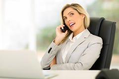 Νέα επιχειρηματίας που χρησιμοποιεί το τηλέφωνο Στοκ εικόνα με δικαίωμα ελεύθερης χρήσης