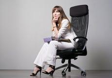 Νέα επιχειρηματίας σε έναν γκρίζο στοκ φωτογραφία με δικαίωμα ελεύθερης χρήσης