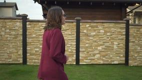 Νέα επιχειρηματίας στα γυαλιά που χορεύουν στην οδό, πλάγια όψη απόθεμα βίντεο