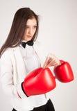 Νέα επιχειρηματίας στα εγκιβωτίζοντας γάντια Στοκ Εικόνα