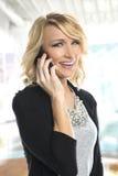 Νέα επιχειρηματίας στο τηλέφωνο Στοκ φωτογραφία με δικαίωμα ελεύθερης χρήσης