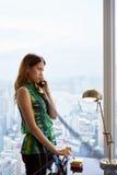 Νέα επιχειρηματίας του Λατίνα με το συνδεμένο με καλώδιο τηλέφωνο στο σύγχρονο γραφείο Στοκ Εικόνες