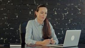Νέα επιχειρηματίας Videochatting με τους συναδέλφους απόθεμα βίντεο