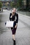 Νέα επιχειρησιακή γυναίκα με το έξυπνο τηλέφωνο Στοκ φωτογραφία με δικαίωμα ελεύθερης χρήσης