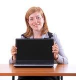 Νέα επιχειρησιακή γυναίκα με το σημειωματάριο στο γραφείο Στοκ φωτογραφία με δικαίωμα ελεύθερης χρήσης