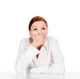Νέα επιχειρησιακή γυναίκα ομορφιάς που καλύπτει το στόμα Στοκ φωτογραφία με δικαίωμα ελεύθερης χρήσης