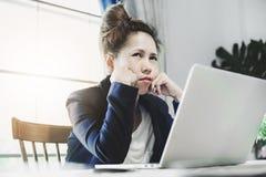 Νέα επιχειρησιακή γυναίκα που έχει πολλή σκληρή δουλειά στοκ εικόνα