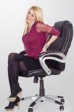 Νέα επιχειρησιακή γυναίκα που έχει τον πόνο στην πλάτη Στοκ Εικόνες