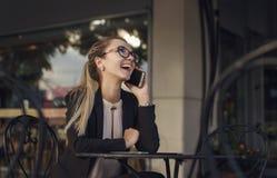 Νέα επιχειρησιακή γυναίκα που γελά στο τηλέφωνο Στοκ εικόνα με δικαίωμα ελεύθερης χρήσης