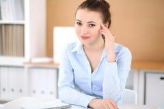 Νέα επιχειρησιακή γυναίκα που εργάζεται στο lap-top στην αρχή επιχειρησιακή έννοια επι& Στοκ εικόνες με δικαίωμα ελεύθερης χρήσης