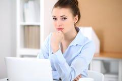 Νέα επιχειρησιακή γυναίκα που εργάζεται στο lap-top στην αρχή επιχειρησιακή έννοια επι& Στοκ εικόνα με δικαίωμα ελεύθερης χρήσης