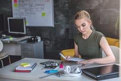 Νέα επιχειρησιακή γυναίκα που κάνει τη γραφική εργασία Στοκ Φωτογραφία
