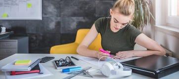 Νέα επιχειρησιακή γυναίκα που κάνει τη γραφική εργασία Στοκ Εικόνες