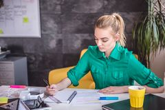 Νέα επιχειρησιακή γυναίκα που κάνει τη γραφική εργασία Στοκ εικόνες με δικαίωμα ελεύθερης χρήσης