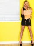 Νέα επιχειρησιακή γυναίκα που κρατά μια ρόδινη τσάντα Στοκ Φωτογραφίες