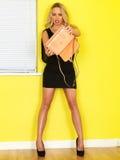 Νέα επιχειρησιακή γυναίκα που κρατά μια ρόδινη τσάντα Στοκ Εικόνες