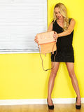 Νέα επιχειρησιακή γυναίκα που κρατά μια ρόδινη τσάντα Στοκ εικόνα με δικαίωμα ελεύθερης χρήσης