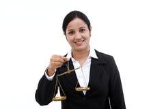 Νέα επιχειρησιακή γυναίκα που κρατά την κλίμακα δικαιοσύνης στοκ φωτογραφία με δικαίωμα ελεύθερης χρήσης
