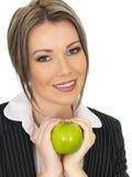Νέα επιχειρησιακή γυναίκα που κρατά τη φρέσκια ώριμη Juicy πράσινη Apple Στοκ Φωτογραφίες