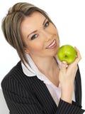 Νέα επιχειρησιακή γυναίκα που κρατά τη φρέσκια ώριμη Juicy πράσινη Apple Στοκ φωτογραφία με δικαίωμα ελεύθερης χρήσης